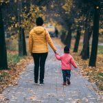 Omaishoitaja tekee rankkaa työtään rakkaudesta – Näin voit auttaa häntä jaksamaan