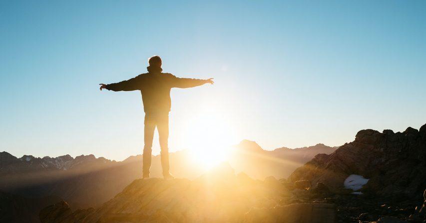 Ihminen ja auringonnousu