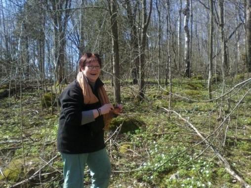 Paula nauttii oleskelusta luonnossa.