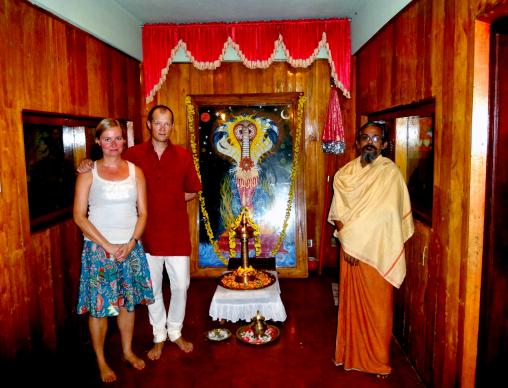Panchakarmaan kuuluu myös henkinen puoli. Hindurituaaleihin sai opastusta munkilta.