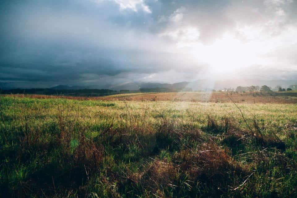aurinko ja myrskypilvet