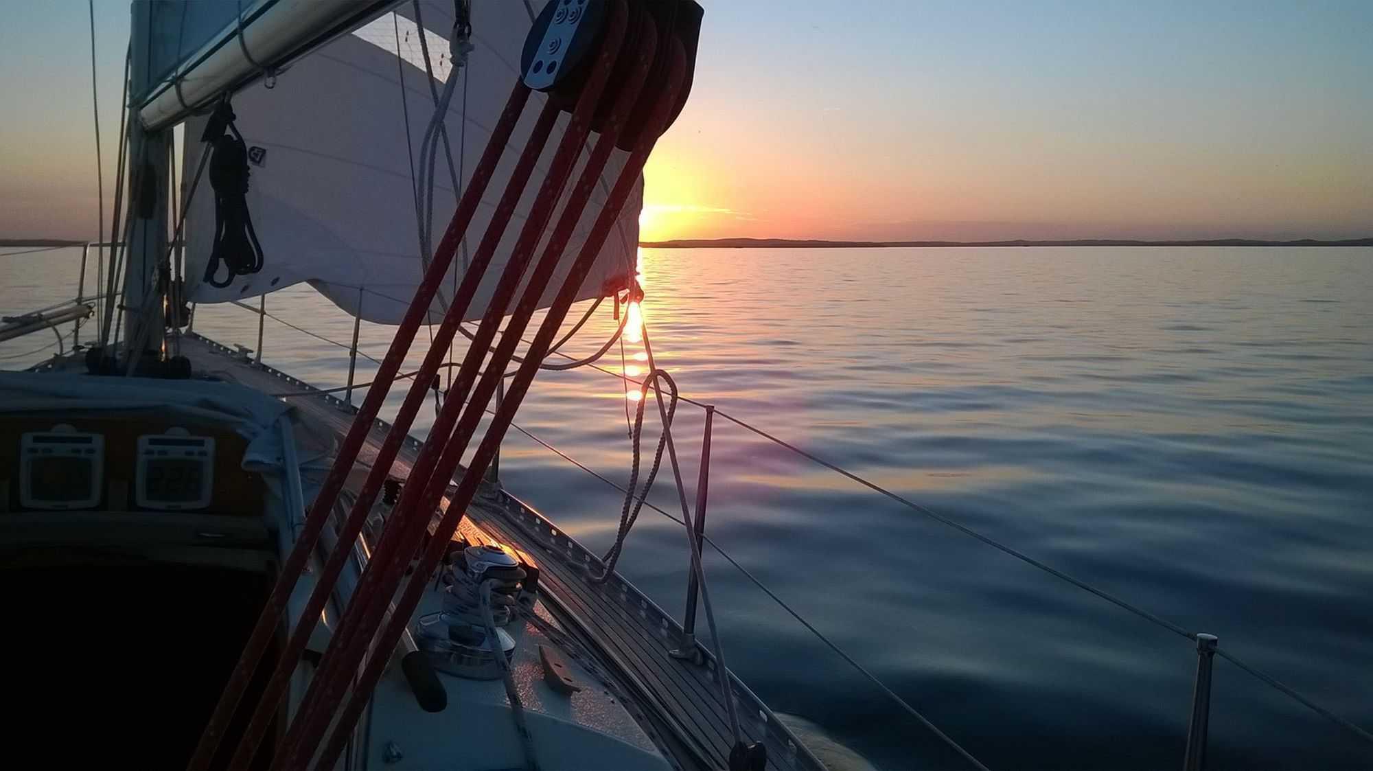 purjehdusta kohti auringonsiltaa