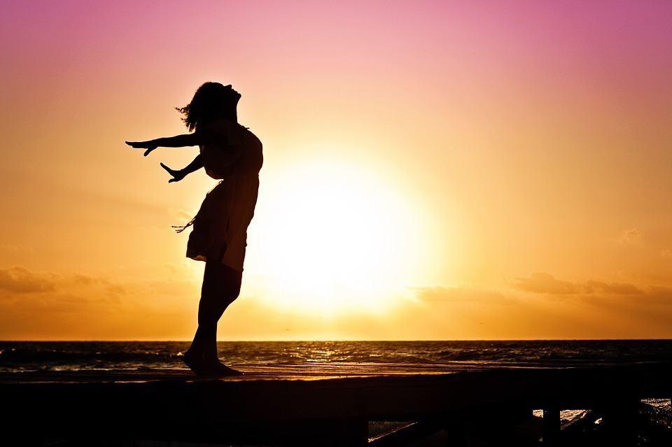 kolme tapaa olla onnellinen nainen auringonlaskussa
