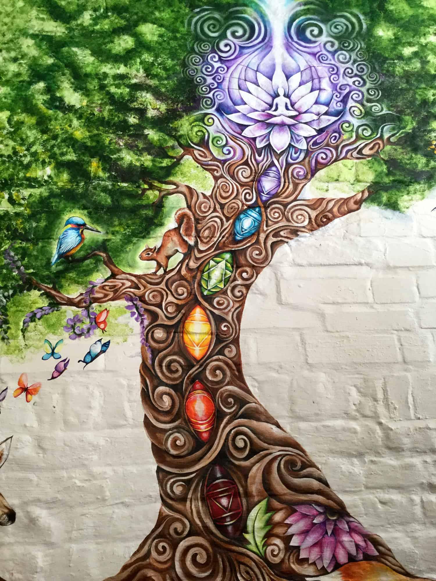 Wild food cafen takaseinää koristaa värikäs maalaus.