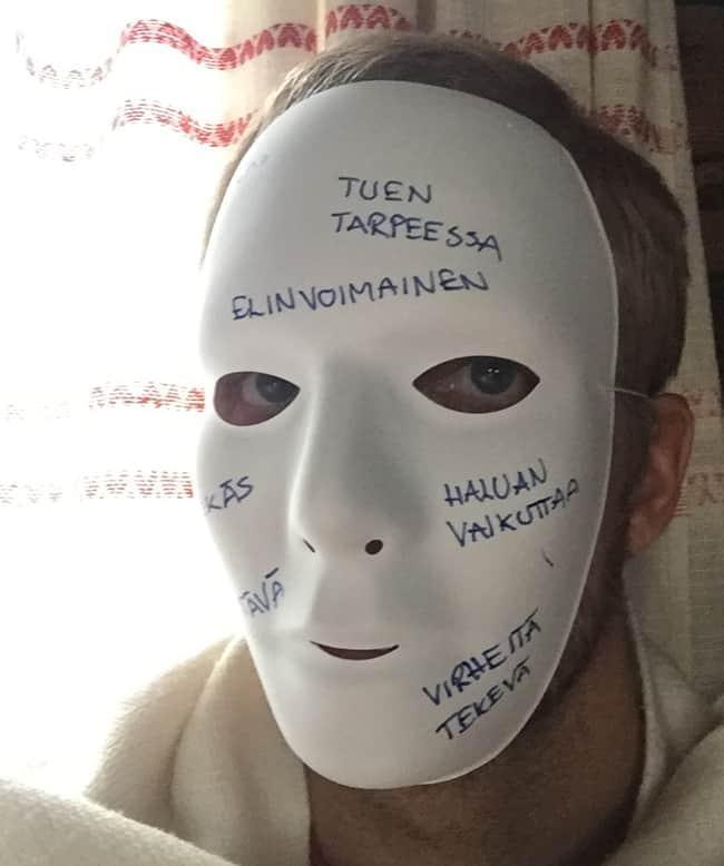 Oman naamionsa ja sen taakse katsominen on eheyttävää.