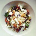 Tällä ohjeella syntyy keveä ja kujeileva kvinoasalaatti