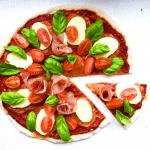 Mehevän mausteinen mozzarellapizza saa sukat pyörimään jaloissa