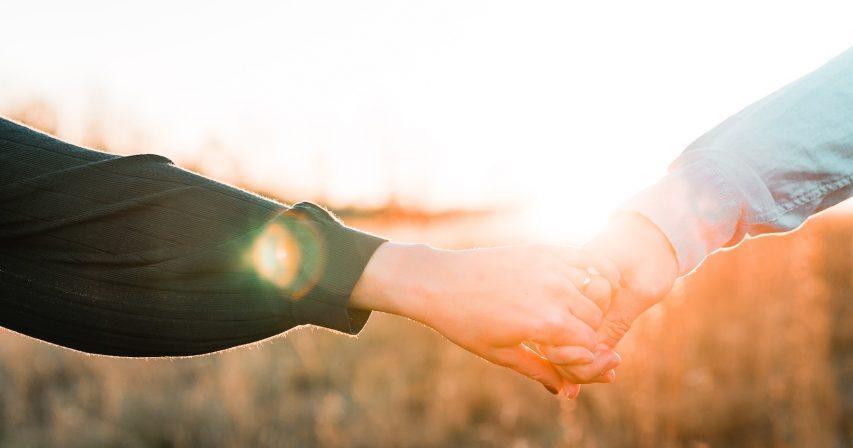 pariskunta käsi kädessä