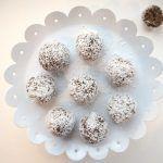 Täyteläiset jouluherkut syntyvät taateleista ja maapähkinästä