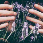 Ystävällinen kosketus jättää ihanan jäljen – Rentous ja rauha siirtyvät ihmiseltä ihmiselle kosketuksen kautta