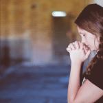 Uusiin ihmisiin tutustuminen saattaa pelottaa – Joskus tuntuu turvallisemmalta jäädä yksin kuin etsiä seuraa