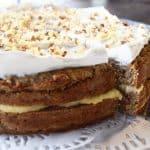Mehevän kostea ja lempeän mausteinen porkkanakakku, joka on vegaaninen, gluteeniton – ilman lisättyä sokeria