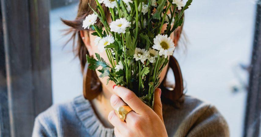 Kuvituskuva kukkia kasvoilla Unsplash