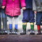 Ikävät puheet liittyvät usein ennakkoluuloihin – miten opettaa lapselle, että erilaisuus on rikkaus?
