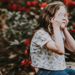 Pelko voi näkyä lapsessa potkunyrkkeilynä ja aikuisessa paahtamisena tai piiloutumisena – silloin tarvitaan aina turvaa