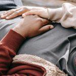 Nautinnollinen kosketus auttaa sinua purkamaan stressiä – kokeile näitä 3 tapaa!